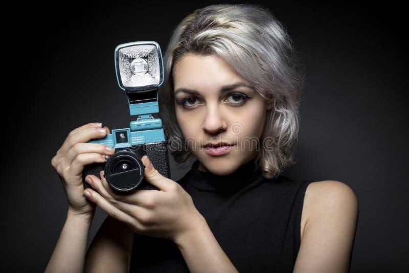 Fotógrafo con la cámara del plástico del vintage fotos de archivo libres de regalías