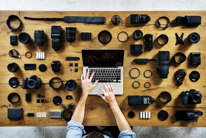 Fotógrafo con la opinión aérea del equipo de la cámara foto de archivo libre de regalías