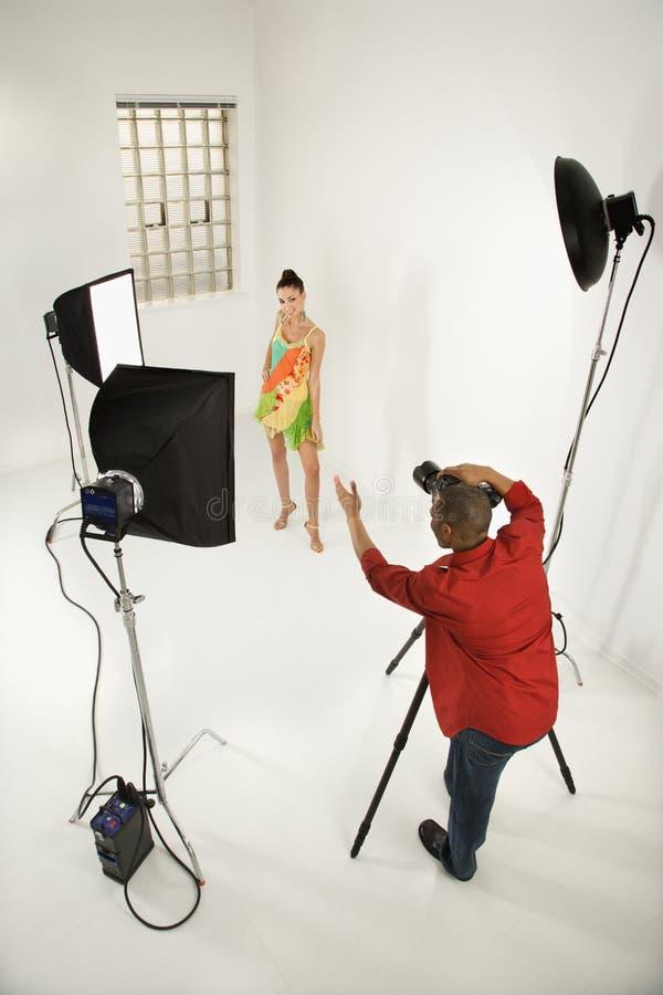 Fotógrafo con un modelo. fotos de archivo