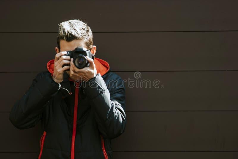 Fotógrafo con una cámara fotografía de archivo libre de regalías