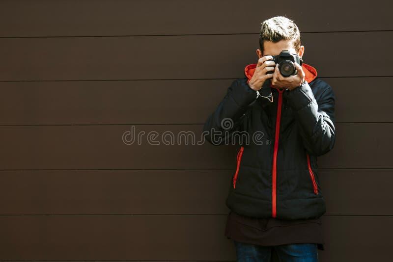 Fotógrafo con una cámara foto de archivo libre de regalías