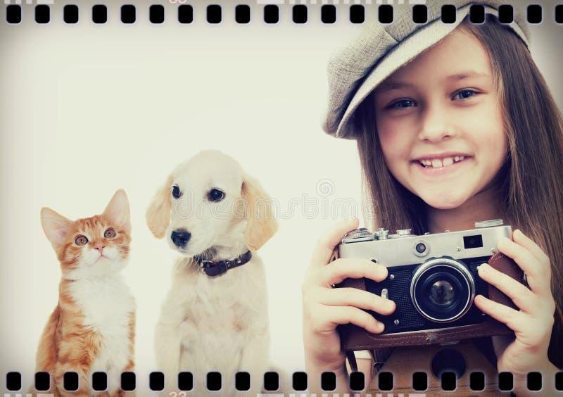 Fotógrafo da criança e gatinho e cachorrinho imagens de stock