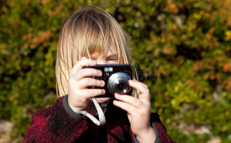 Fotógrafo da criança que fotografa tomando a foto fotos de stock royalty free