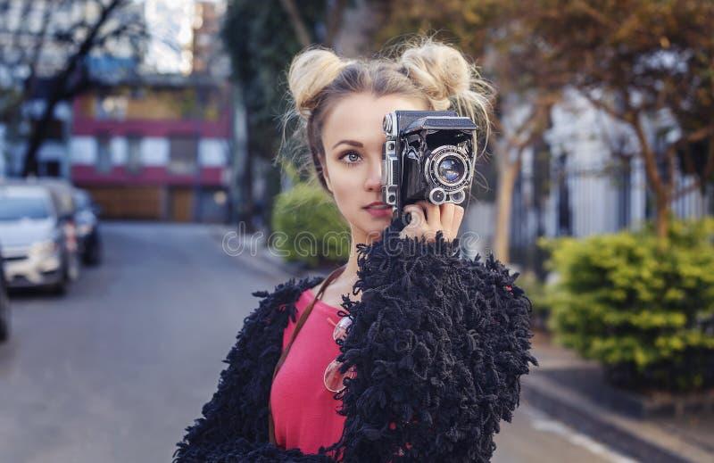 Fotógrafo da forma da menina que toma uma imagem imagens de stock