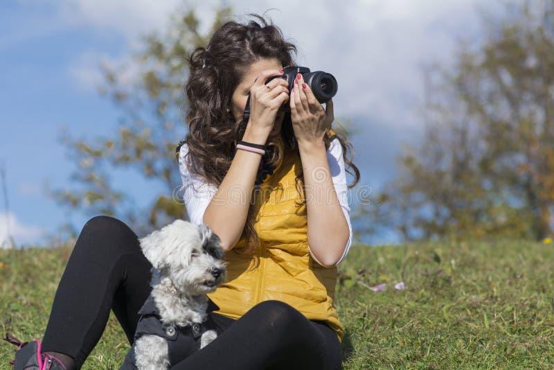 Fotógrafo da jovem mulher que toma fotos na montanha imagens de stock