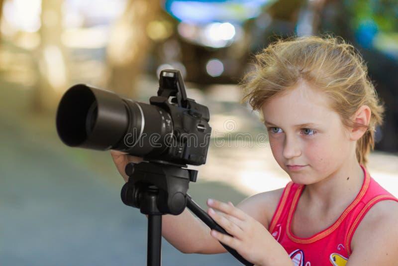 Fotógrafo da menina da jovem criança fotografia de stock royalty free