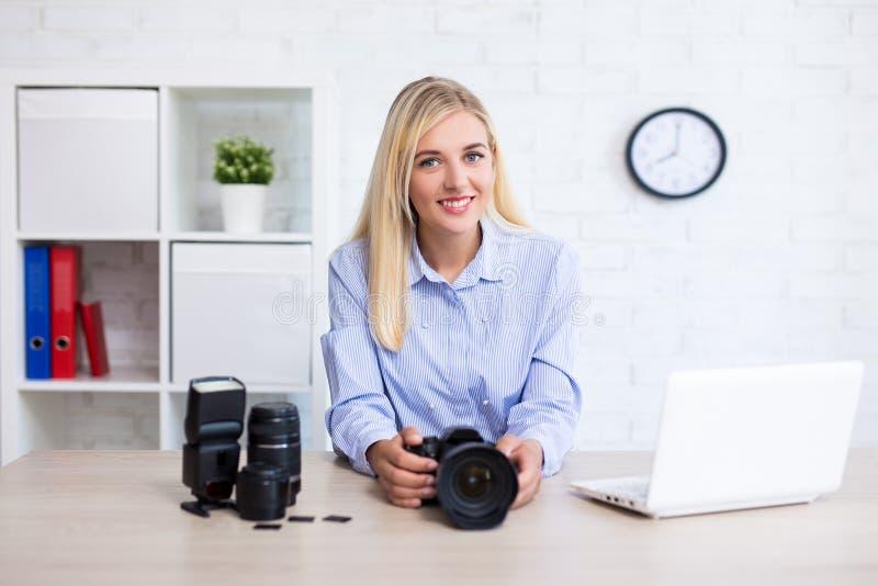 Fotógrafo da mulher com câmera, computador e equipme da fotografia fotografia de stock royalty free
