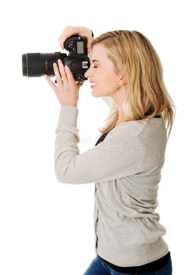 Fotógrafo da mulher com DSLR fotos de stock royalty free