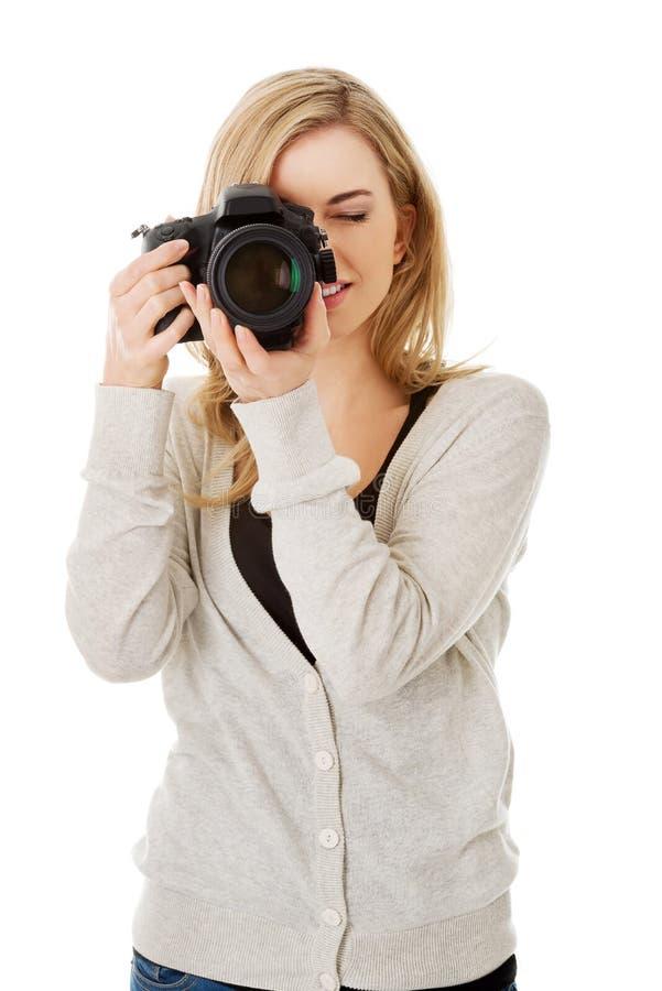 Fotógrafo da mulher com DSLR imagens de stock royalty free