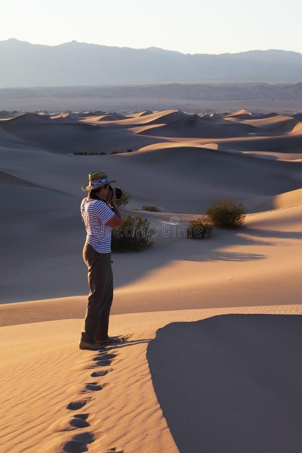 Fotógrafo da mulher em um T-curto imagem de stock