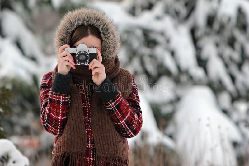 Fotógrafo da mulher na floresta do inverno fotografia de stock royalty free