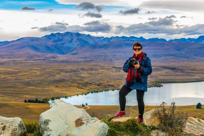 Fotógrafo da mulher na montanha imagens de stock royalty free