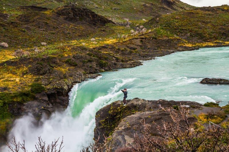 Fotógrafo da mulher perto da cachoeira Salto grandioso imagens de stock