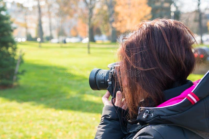 Fotógrafo da mulher profissional que toma as fotos exteriores imagens de stock royalty free