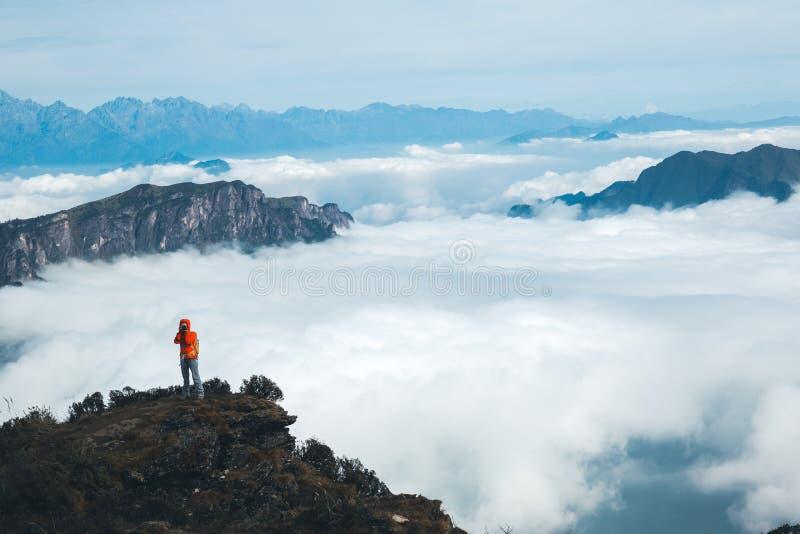 fotógrafo da mulher que toma a foto da paisagem bonita fotos de stock royalty free