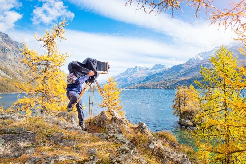 Fotógrafo da paisagem com a câmera velha da placa do vintage fotografia de stock