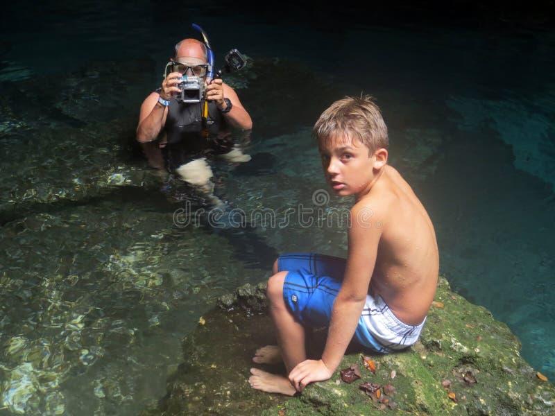 Fotógrafo de abuelo - modelo del nieto foto de archivo