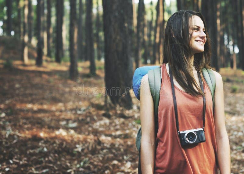 Fotógrafo de acampamento Camera Adventure Concept do mochileiro imagem de stock royalty free