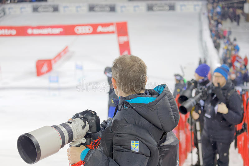 Fotógrafo de imprensa com as lentes tele que cobrem o slalo paralelo imagens de stock royalty free