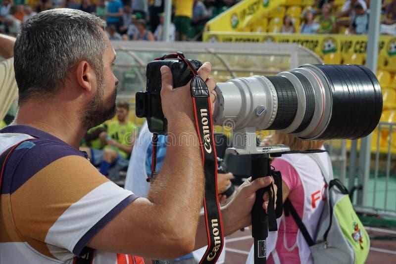 Fotógrafo de imprensa no trabalho em um fósforo da primeiro liga Kuban-Ufa de russo fotos de stock royalty free
