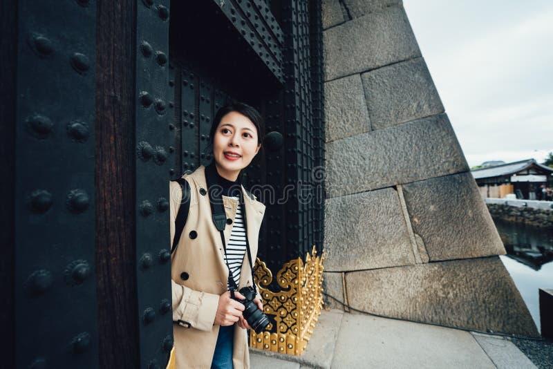 Fotógrafo de la muchacha que sale por doo grande del hierro imagen de archivo