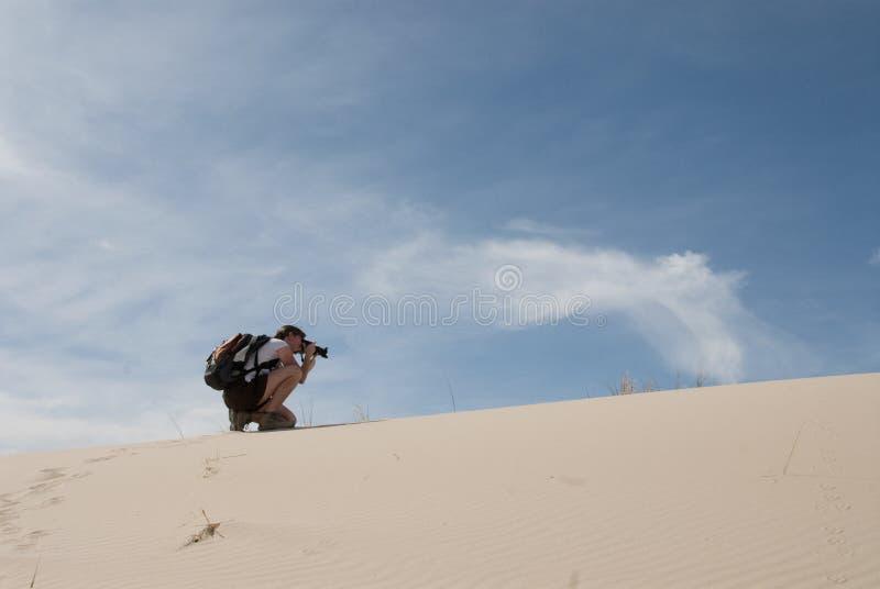 Fot?grafo de la mujer de la duna de arena del paisaje del desierto imágenes de archivo libres de regalías