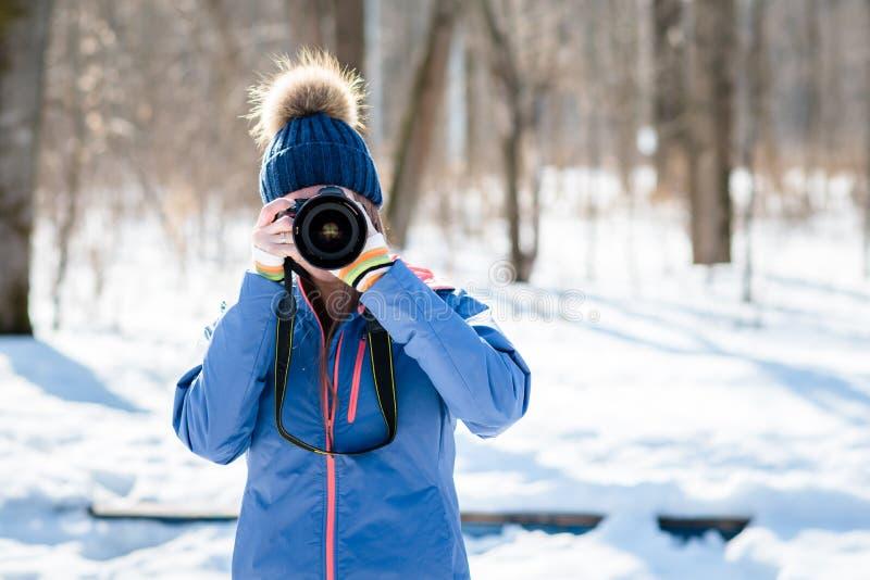 Fotógrafo de la mujer en bosque del invierno fotografía de archivo libre de regalías
