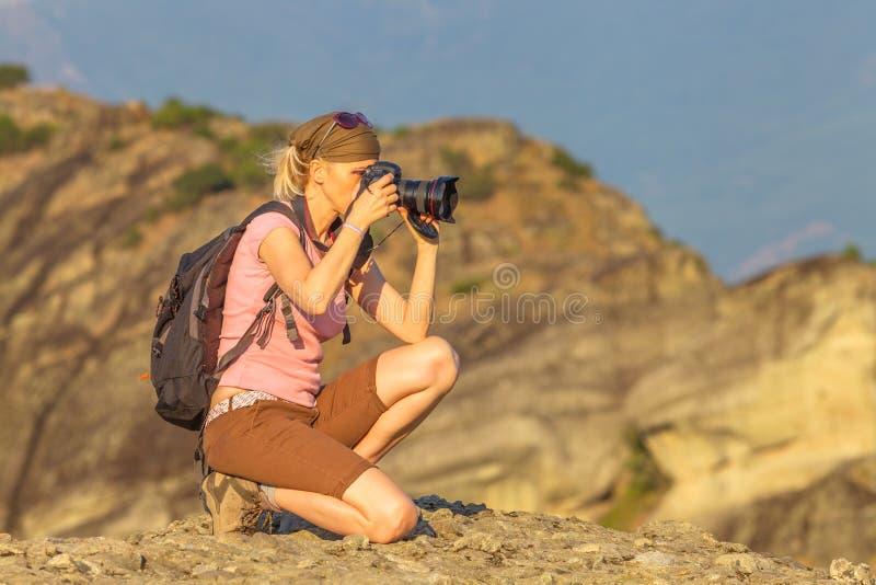Fotógrafo de la mujer de la naturaleza imagen de archivo libre de regalías