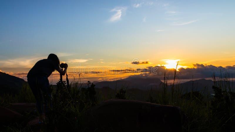 Fotógrafo de la mujer y salida del sol hermosa fotografía de archivo libre de regalías