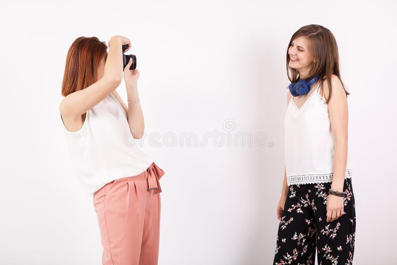 Fotógrafo de la mujer y su amigo femenino que toman imágenes imagenes de archivo