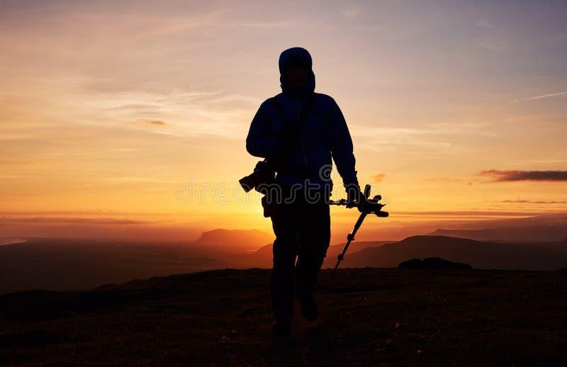 Fotógrafo de la naturaleza con la cámara digital encima de la montaña fotografía de archivo