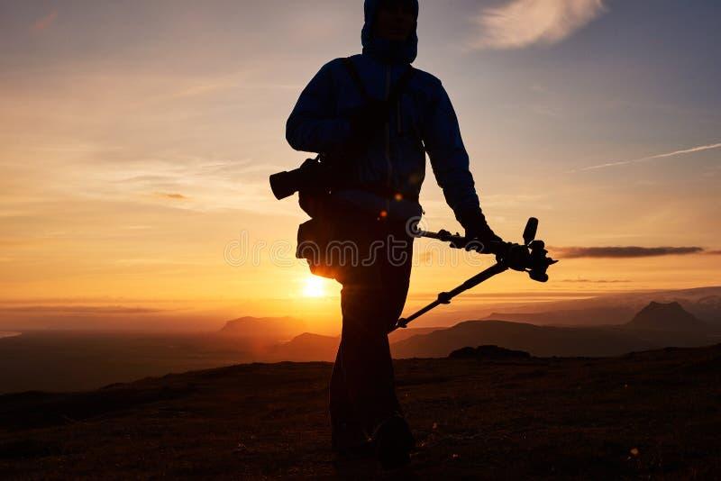 Fotógrafo de la naturaleza con la cámara digital encima de la montaña imagen de archivo