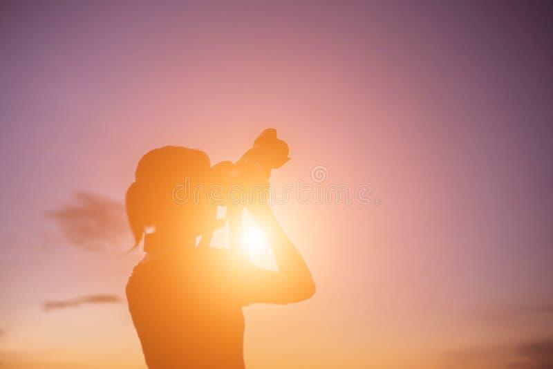 Fotógrafo de la naturaleza de las mujeres con la cámara digital imagenes de archivo