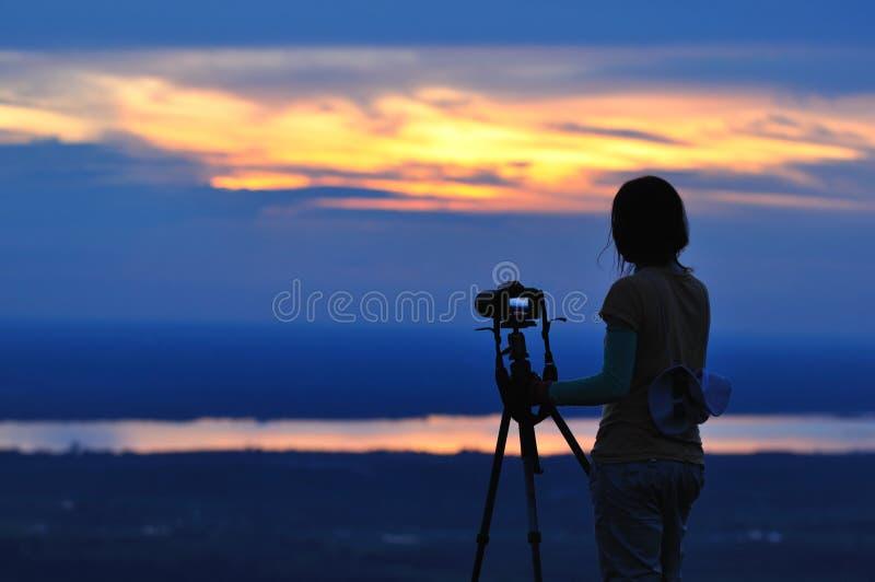 Fotógrafo de la naturaleza que toma imágenes al aire libre durante caminar viaje fotos de archivo libres de regalías