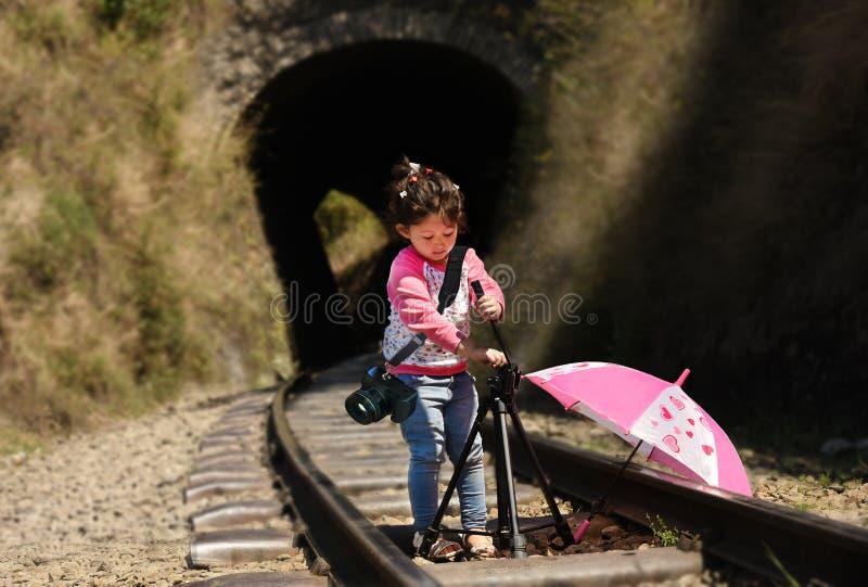 Fotógrafo de la niña imagenes de archivo