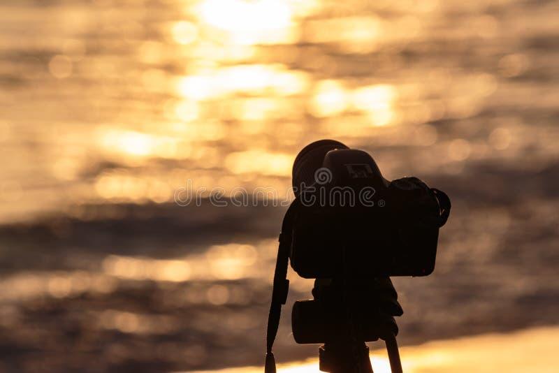Fotógrafo de las salidas del sol y de las puestas del sol del paisaje fotografía de archivo