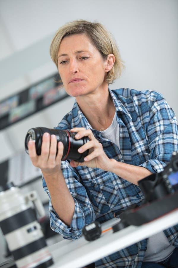 Fotógrafo de sexo femenino en el trabajo foto de archivo