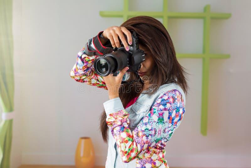 Fotógrafo de sexo femenino indio con la cámara de DSLR fotos de archivo libres de regalías