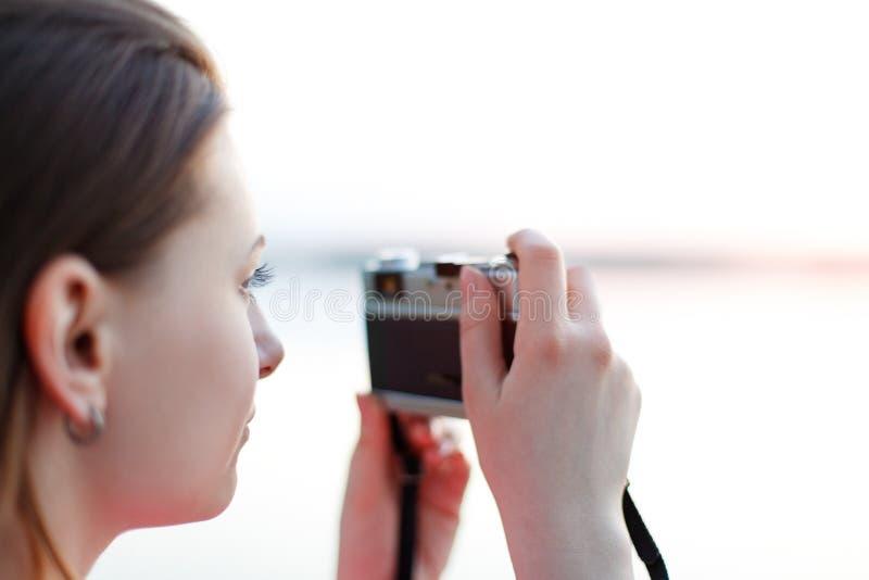 Fotógrafo de sexo femenino joven durante trabajo fotografía de archivo