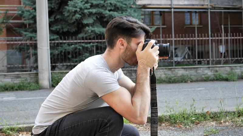 Fotógrafo de sexo masculino joven hermoso que toma la fotografía imagenes de archivo