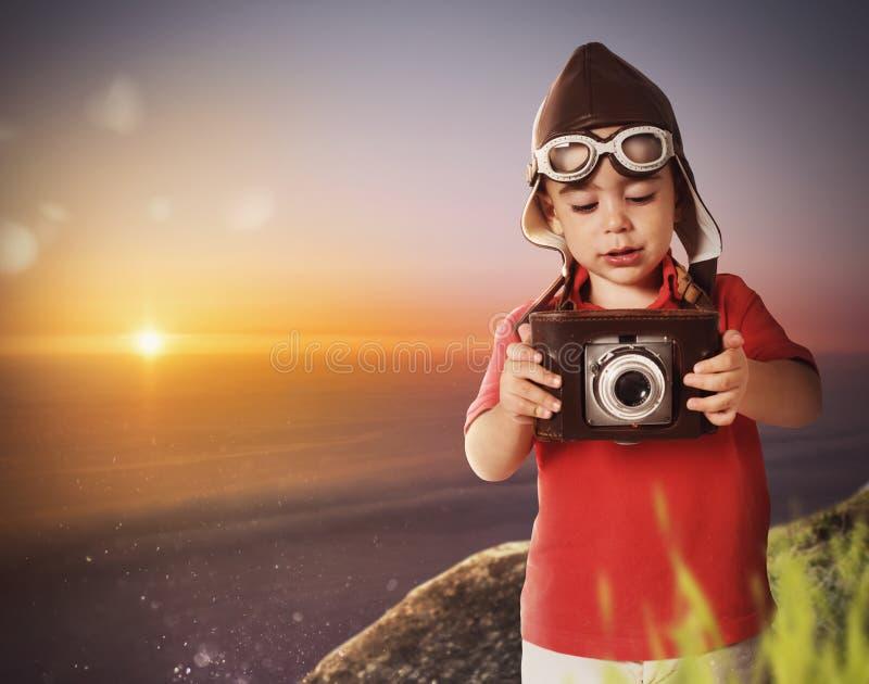 Fotógrafo del bebé con una cámara del vintage foto de archivo libre de regalías