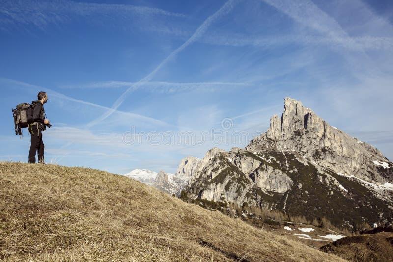 Fotógrafo del caminante en un top de la montaña fotos de archivo libres de regalías
