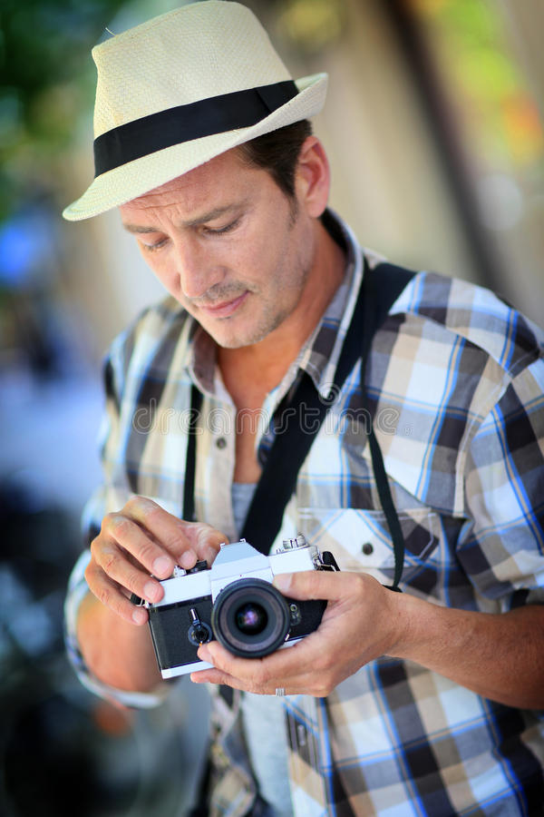 Fotógrafo del hombre que usa la cámara retra imagen de archivo