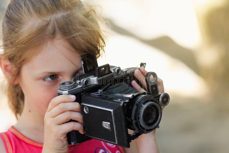 Fotógrafo del niño de la niña fotos de archivo libres de regalías