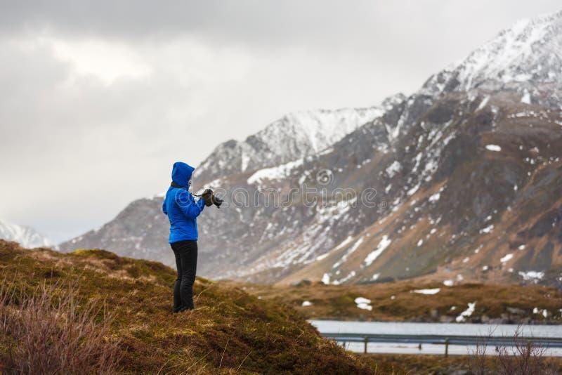 Fotógrafo del viaje en Lofoten imagenes de archivo