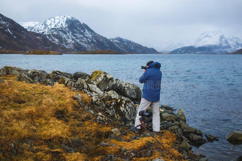 Fotógrafo del viaje en Lofoten fotografía de archivo libre de regalías