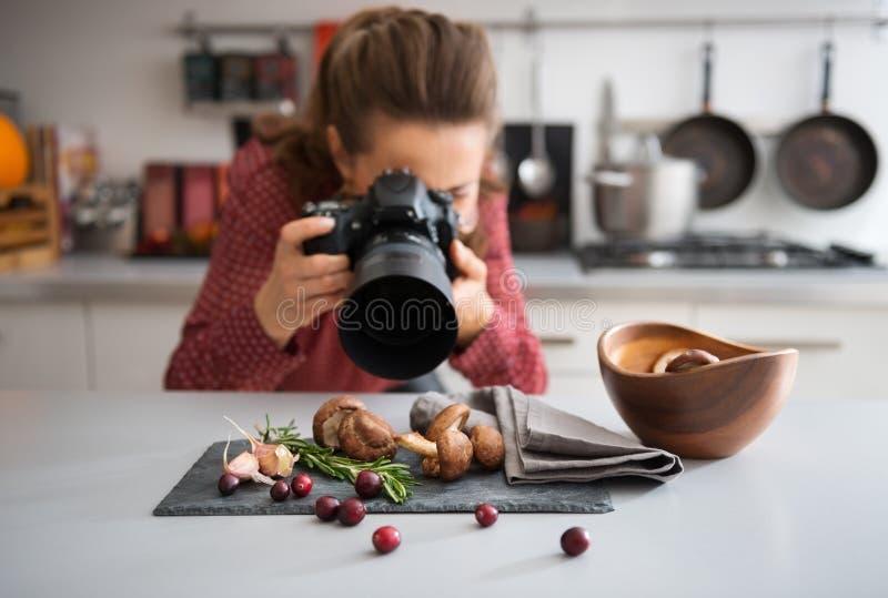 Fotógrafo do alimento da mulher que toma o close up dos cogumelos fotografia de stock