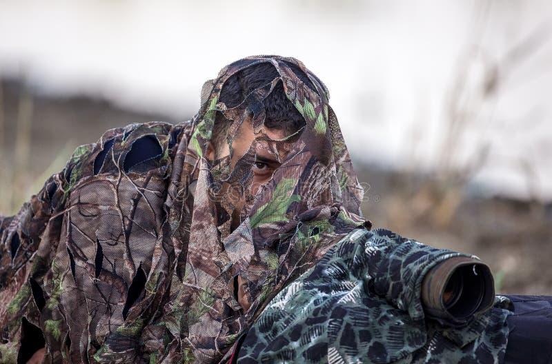 Fotógrafo do pássaro na camuflagem fotos de stock