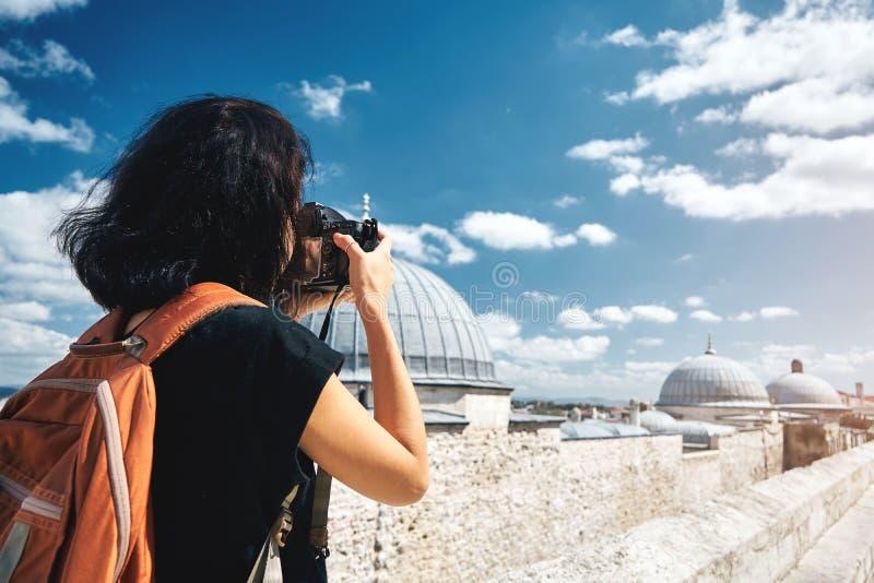 Fotógrafo do viajante da menina que toma imagens das paisagens de Istambul fotos de stock royalty free