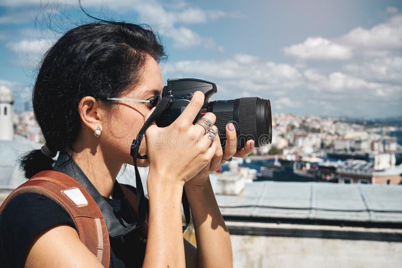 Fotógrafo do viajante da menina que toma imagens das paisagens de Istambul imagens de stock